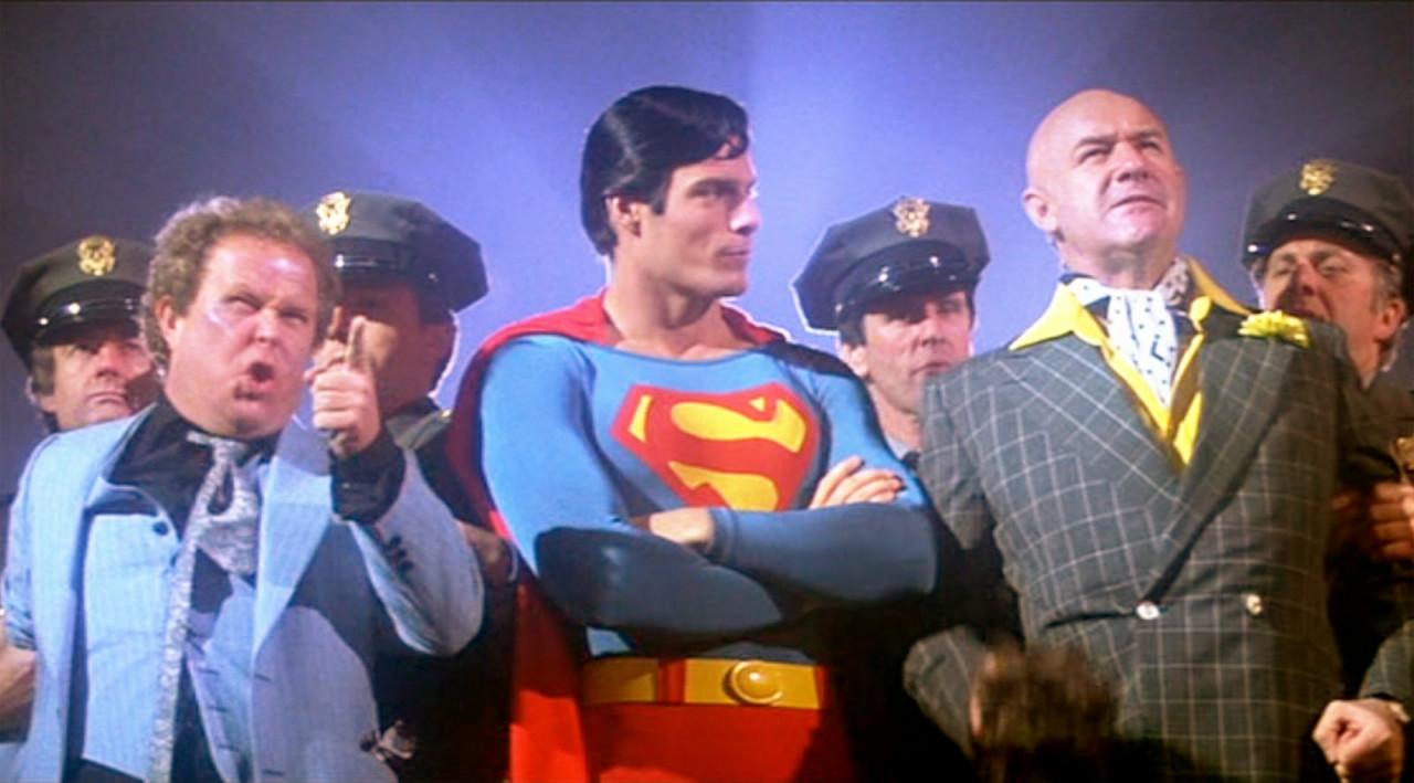 Лекс Лютор справа от Супермена